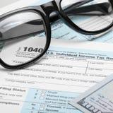 美利坚合众国与美元和玻璃-一对一比率的报税表1040 库存照片