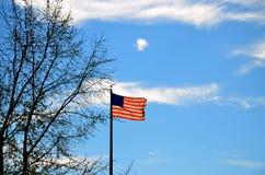 美利坚合众国旗子有蓝天背景 免版税图库摄影