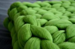 美利奴绵羊的羊毛绿色毯子  免版税图库摄影