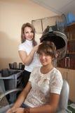 美发师与吹风器一起使用 库存图片