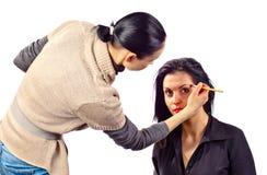 美发师与模型一起使用 免版税库存照片