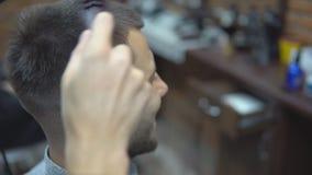 美发师做一个年轻人的发型 股票视频