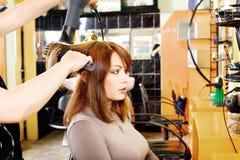 美发师做一根头发穿戴 免版税库存图片