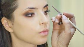 美发师做专业眼睛构成 美好的设计 股票录像