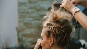 美发师做发型女孩 股票录像