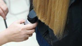 美发师做发型金发碧眼的女人女孩 发型过程 股票视频