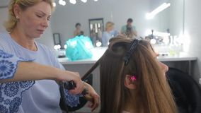 美发师做女孩的理发 股票视频