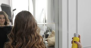 美发师做女性深色的模型的一种发型并且应用头发定象浪花 股票视频