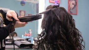 美发师做放置有长的头发的女孩在美容院 充分的HD录影 影视素材