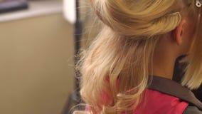 美发师做有金发的发型女孩 影视素材