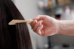 美发师做着妇女的头发发廊的 库存图片