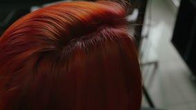 美发师做称呼特写镜头的头发 股票录像