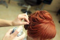 美发师做美好的发型在沙龙c 免版税库存照片