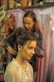 美发师做头发模型 免版税库存照片