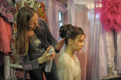 美发师做头发模型 免版税库存图片
