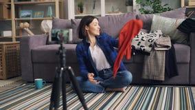 美发师关于衣物藏品套头衫的录音录影使用智能手机在家 股票视频