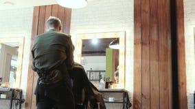 美发师切开有头发剪刀的一个人 回到视图 股票视频