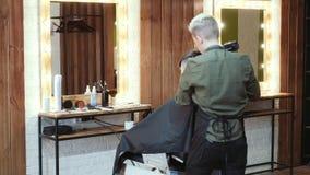 美发师切开有头发剪刀的一个人 回到视图 影视素材