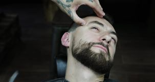 美发师刮与锋利的面颊 股票录像