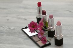 美发师制造化妆用品 在美容院的化妆用品 库存照片