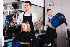 美发师剪头发在沙龙 库存照片