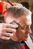美发师剪头发 免版税库存图片