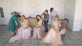 美发师和化妆师在一个白色演播室绘女孩 影视素材