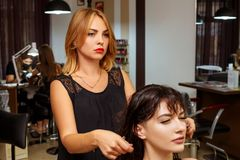 美发师和客户沙龙、发廊和护发的 免版税库存图片