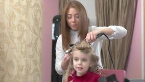 美发师和微笑的小女孩 股票视频