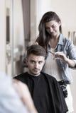 年轻美发师和男性顾客 库存图片