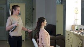 美发师喷洒在发型的喷发剂 股票录像