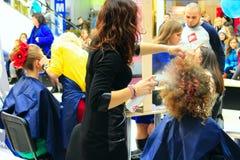 美发师在切尔尼戈夫比赛以年轻模型为特色 免版税图库摄影