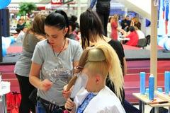 美发师在切尔尼戈夫比赛以年轻模型为特色 库存图片