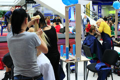美发师在切尔尼戈夫比赛以年轻模型为特色 免版税库存照片