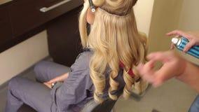 美发师在女孩` s头发的浪花喷发剂 股票视频