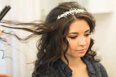 美发师在婚礼之日做新娘 免版税库存照片