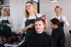 美发师在工作 免版税库存图片