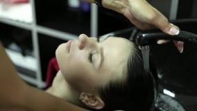 美发师在秀丽演播室洗妇女` s头发 影视素材