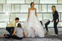 美发师在跑道的礼服模型RIVINI lookbook射击的在秋天2015新娘收藏时 免版税库存照片