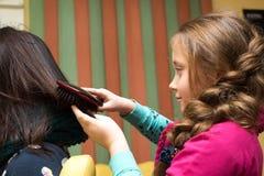年轻美发师女孩 免版税库存照片