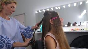 美发师对头发做女孩在化装室 股票视频