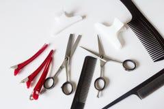 美发师工具剪刀梳子夹子 免版税图库摄影