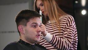 美发师工具 关闭掠过电头发剪刀的男性手 美发师头发机器为下做准备 影视素材