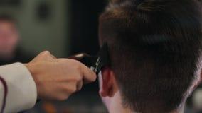 美发师工具 关闭掠过电头发剪刀的男性手 美发师头发机器为下做准备 股票录像