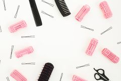 美发师工具-梳子、卷发的人和发夹在白色背景 秀丽构成 复制框架空间 平的位置,顶面v 免版税库存照片