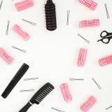 美发师工具-梳子、卷发的人和发夹在白色背景 秀丽构成 复制空间 平的位置,顶视图 免版税库存照片