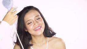 美发师干燥妇女头发 股票视频
