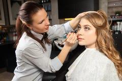 美发师投入在客户组成 库存照片