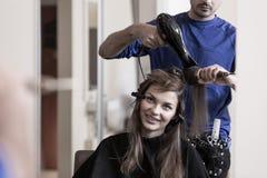 美发师沙龙的深色的女孩 免版税库存照片