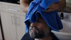 美发师洗涤客户的头 股票录像